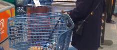 Kundvagnar av återvunna PET-flaskor på Hemköp