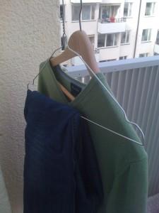 557dfa519b1 När det äntligen är sommar är det skönt att hänga ut kläder för vädring.  Det gör inte bara att kläderna blir fräscha snabbt igen men det bidrar  också att ...